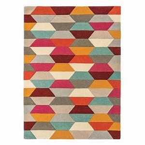 Tapis Forme Geometrique : tapis graphique multicolore aux couleurs vives et motifs g om triques ~ Teatrodelosmanantiales.com Idées de Décoration