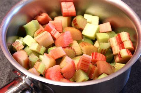 cuisiner rhubarbe verrines de fraises et compotée de rhubarbe pour ceux