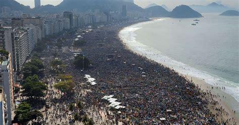 million people gather  rio beach  mass