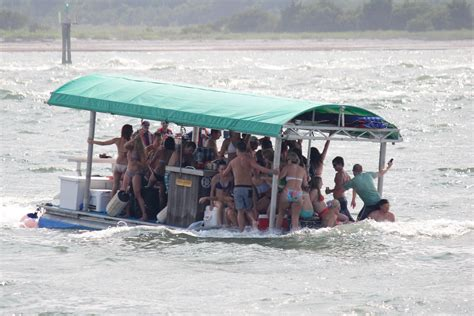 Pontoon Boat Sinks In Ohio River by Is This Boat Overloaded Club Bennington