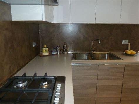 Rivestimento cucina in resina spatolata color cioccolato