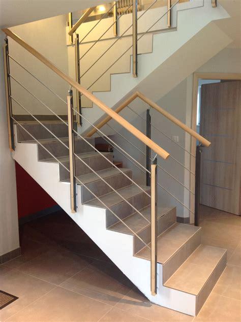 Garde corps rampant bois et métal sur escalier béton. Pour