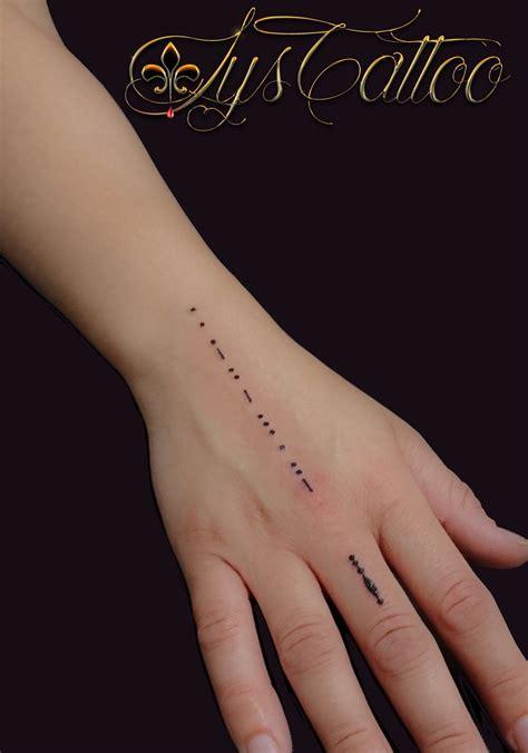 tatouage lettrage prenom en morse main poignet doigts