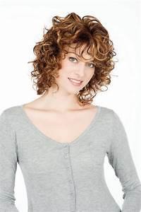 Coupe Carré Frisé : modele coiffure cheveux mi long frises ~ Melissatoandfro.com Idées de Décoration