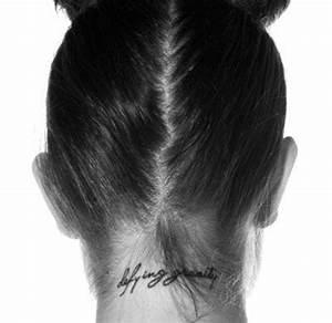 Ecriture Tatouage Femme : tatouage nuque criture un tatouage dans la nuque 20 ~ Melissatoandfro.com Idées de Décoration