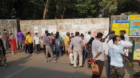 Long queues outside vaccination centres in Mumbai ...