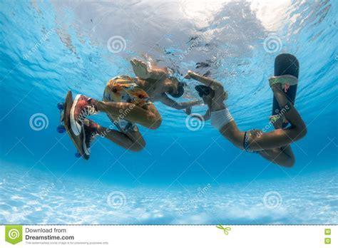 Faire De La Planche à Roulettes Sous L'eau Image Stock