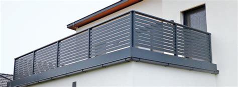 balkongeländer aluminium pulverbeschichtet balkongel 228 nder mit querlattung und lochblech
