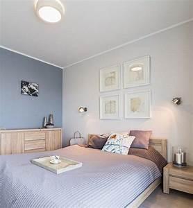 Schlafzimmer Ideen Für Kleine Räume : graublaue wandfarbe und helle massivholzm bel im schlafzimmer schlafzimmer wandfarbe ~ Frokenaadalensverden.com Haus und Dekorationen
