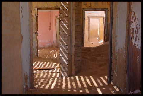 Holz Vor Der Hütte Bilder by Holz Vor Der H 252 Tte Und Sand Im Haus Foto Bild Africa