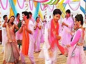 Watch Simar and Roli enjoying the colours of Holi ...
