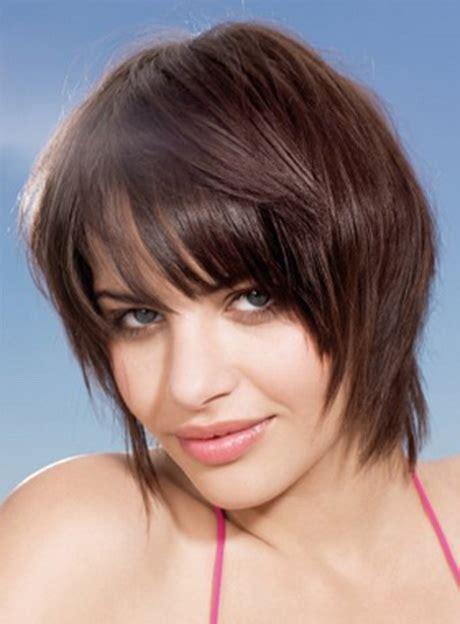 fryzury optycznie wyszczuplajace twarz