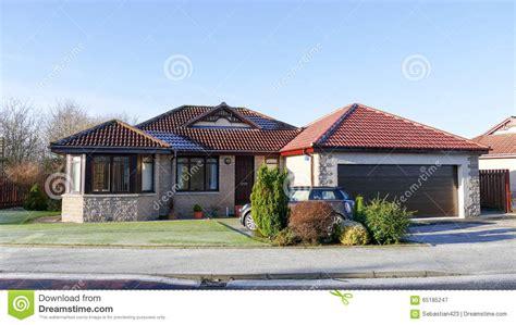 Moderner Bungalow Mit Garage by Modern House Bungalow Stock Photo Image 65185247