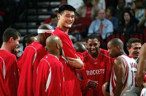 tall basketball player yao ming making