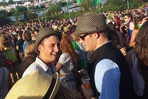 Hats off to Prince Harry as he celebrates with pint at ...