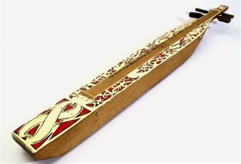 Kelentangan disajikan tidak pernah secara utuh dalam konteks pertunjukan musik, namun penyajiannya selalu hadir berbentuk kesenian gabungan, seperti pengiring upacara dan maupun tarian untuk hiburan. Alat Musik Tradisional Dari Kalimantan