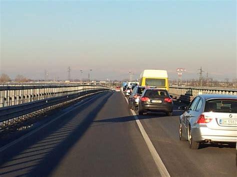 auchan si鑒e auto incastrato nell auto grave incidente a san lunghe code sul ponte po liberta it