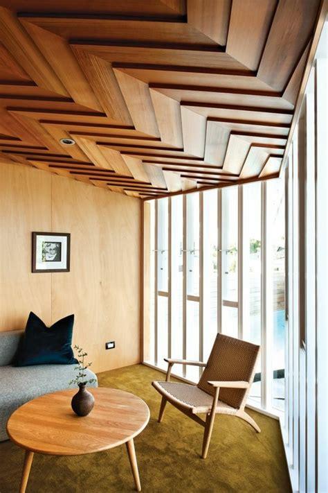 chambre avec tete de lit le faux plafond suspendu est une déco pratique pour l
