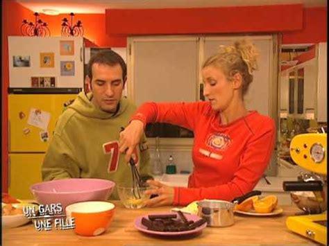 un gars une fille dans la cuisine