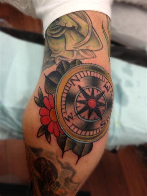 tatouage homme coude boussole