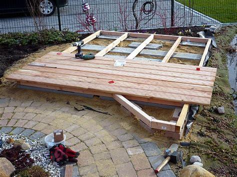 Wie Heimwerker Selbst Eine Terrasse Bauen by Holzdeck Oder Holzterrasse Am Gartenteich Bauen