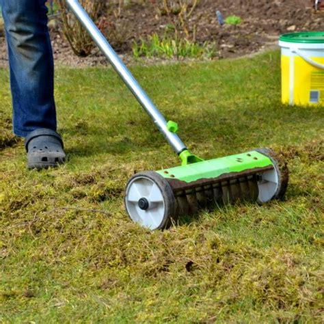 Wie Oft Rasen Vertikutieren by Rasen Vertikutieren So Entfernen Sie Rasenfilz Richtig