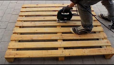 il fabrique un joli meuble pour le jardin avec une seule palette de bois tr 232 s facile