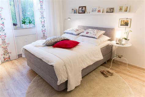 Gemütliches Schlafzimmer #bett #regal #teppich #bett