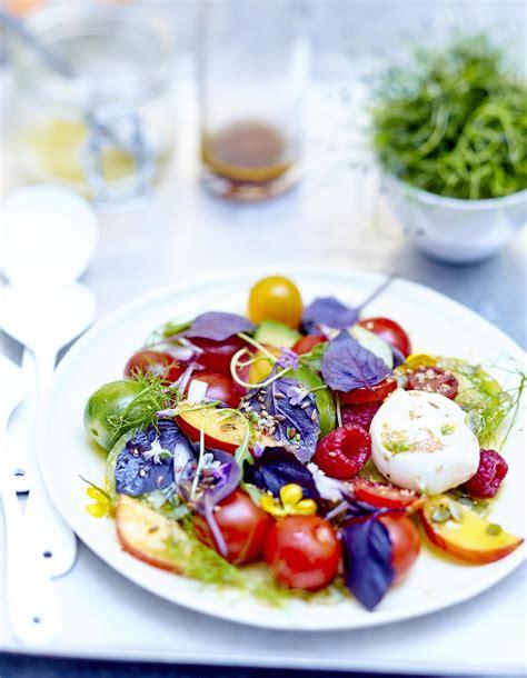 cuisine salade salade de tomates fruits fleurs et burrata au basilic