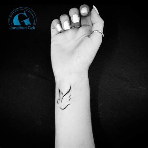 modele tatouage femme tatouage poignet graphicaderme