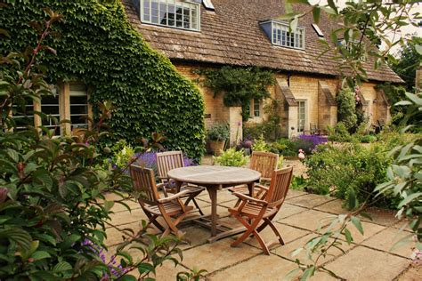 Home Garden by A Listed Coach House Garden Hill Fort Ltd