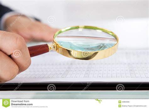 le de bureau avec loupe audit de examen d homme d affaires avec la loupe dans le bureau photo stock image 43864085