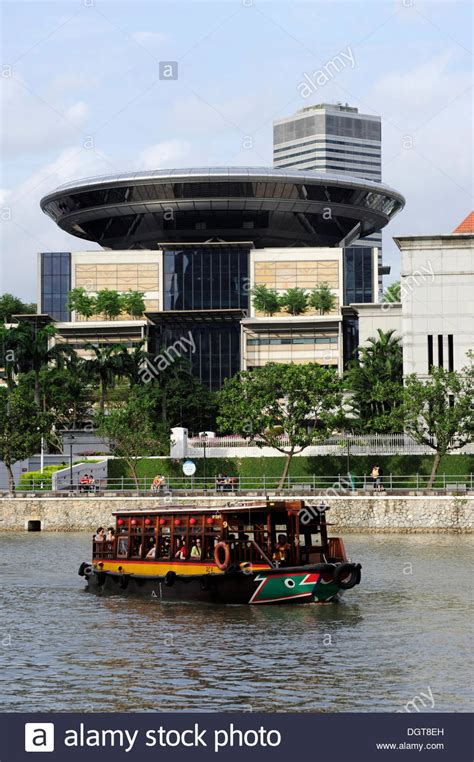 Excursion Boat Front The New Singapore Supreme Court