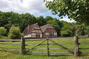 Haus Mit Scheune : haus mit scheune stall und wiese f r pferdehaltung ~ Frokenaadalensverden.com Haus und Dekorationen