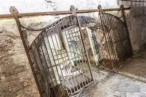 Porte Industrielle Coulissante : double porte coulissante m tallique fermant l 39 acc s un escalier boreally ~ Teatrodelosmanantiales.com Idées de Décoration