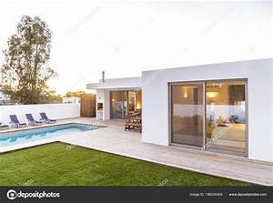 Casa Moderna Con Giardino Piscina E Solarium In Legno