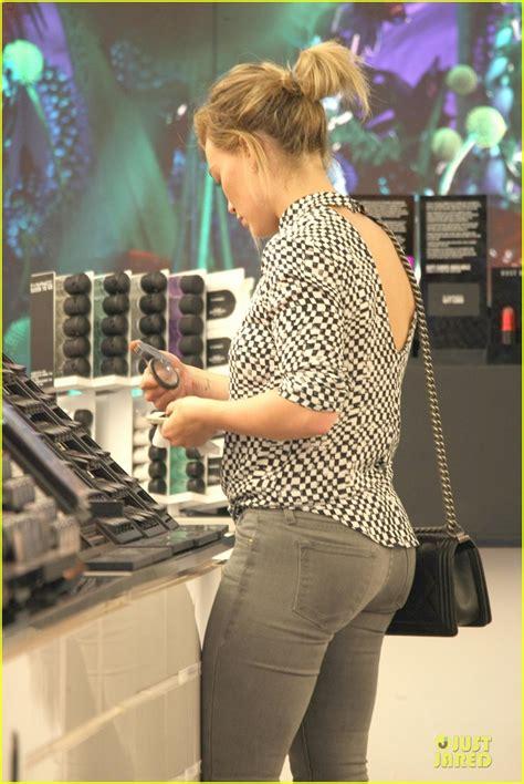hilary duff wears grey skinny jeans  show  fit figure