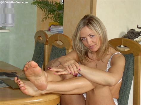 Wus Feet Links Alas Bare And Nylon Feet