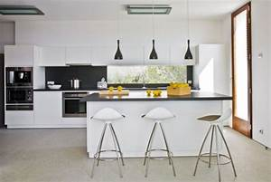 Schwarze Hochglanz Küche : minimalistische k che wei schwarze pendelleuchten fliesenspiegel pendelleuchte pinterest ~ Sanjose-hotels-ca.com Haus und Dekorationen