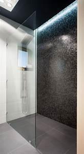 Badezimmer Fliesen Mosaik : ebenerdige dusche badezimmer schwarze mosaikfliesen led deckenbeleuchtung ideen bad in 2019 ~ Eleganceandgraceweddings.com Haus und Dekorationen