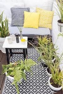 wohnzimmer sofa grau gelbe dekokissen heller teppich With französischer balkon mit wohnen und garten landhaus neue ausgabe