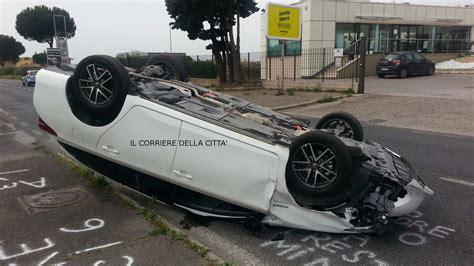 si鑒e auto carrefour pomezia tremendo incidente sulla via mare auto si cappotta grave il conducente foto