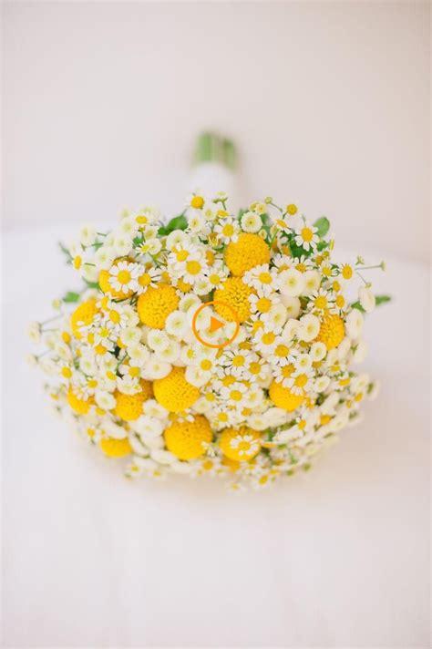 Genere di piante erbacee di medie dimensioni, da resistenti a delicate, con fiori gialli molto accesi. Bouquet da sposa giallo e bianco con fiori selvatici. Matrimoni Cake & Confetti. Pi... # ...