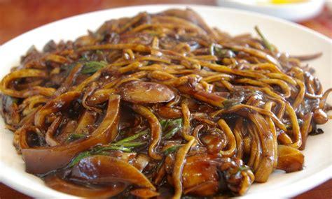 cuisiner des nouilles chinoises nouilles chinoises sautées au poulet aux légumes marmite