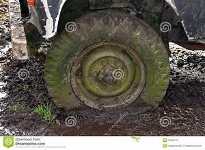 4x4 Dans La Boue : pneu plat dans la boue photos libres de droits image 18556118 ~ Maxctalentgroup.com Avis de Voitures