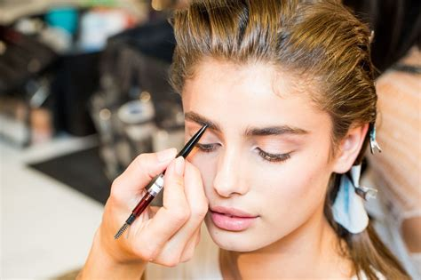 How to Apply Makeup Makeup Artists' Techniques and Tricks
