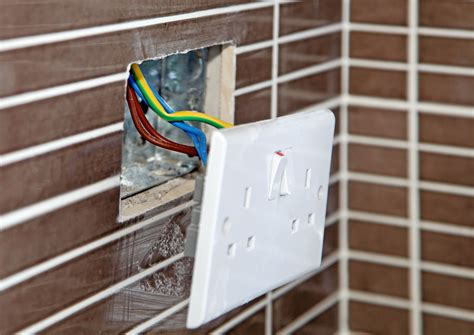 installing an work retrofit electrical box