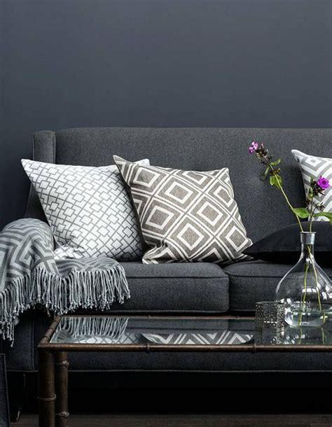 coussin canapé gris 1000 idées sur le thème salons sombres sur