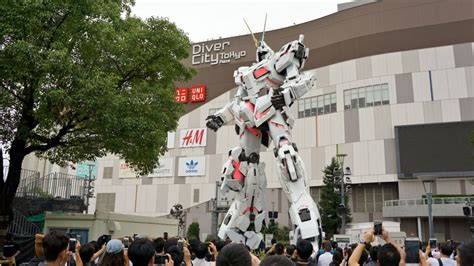 Unicorn Gundam in Odaiba makes a big impression on anime