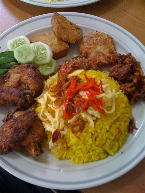 Nasi kuning merupakan masakan hasil kreasi nasi biasa yang berasal dari indonesia, lebih sering dibuat jadi tumpeng. Resep Cara Membuat Nasi Kuning Spesial | Resep Masakan Enak Sederhana Spesial Indonesia